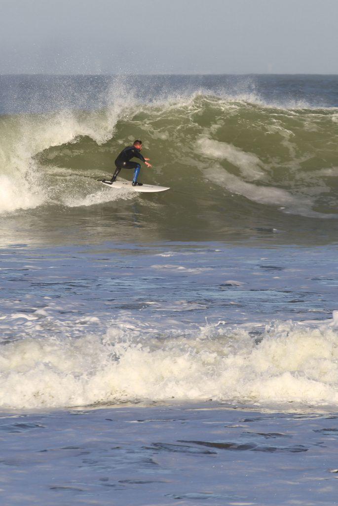 Adrien moniteur de surf chez enjoy
